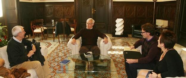 Reunión del alcalde, Joan Ribó, y el concejal, Giussepe Grezzi, con el alcalde de la pedanía.