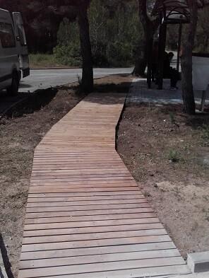 Se han instalado 40 metros cuadrados de pasarela desde el paso de peatones.