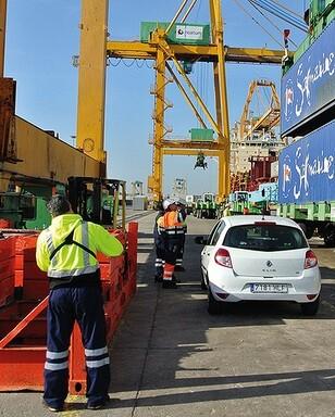 Un estibador reaizando trabajos en el puerto. (Foto-UGT).