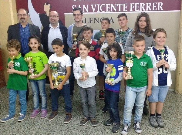 Antonio Roy director de Dominicos y Francisco Cuevas presidente de la FACV con los premiados.