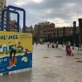 El Ayuntamiento reivindica el comercio de proximidad del Marítimo con bolsas-tótem gigantes.