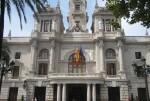 El balcón del Ayuntamiento luce una lona verde turquesa y su fachada se iluminará con este color en el Día Mundial del Cáncer de Ovarios. (Ayuntamiento de Valencia).