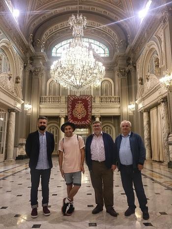 El diseñador internacional ha recibido la felicitación y los consejos del jurado independiente que seleccionó su proyecto.