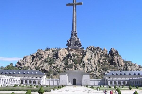 El pleno del Congreso aprueba exhumar los restos de Franco del Valle de los Caídos.
