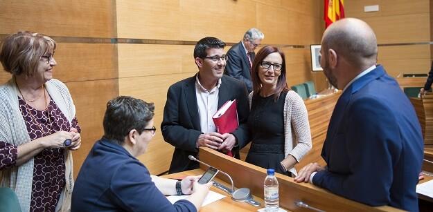 El presidente, Jorge Rodríguez, con la vicepresidenta, Maria Josep Amigó, y otros diputados. (Foto-Abulaila).
