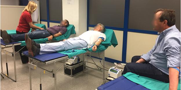 Empleados donando sangre.