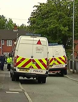 Fuerzas policiales investigan la zona donde vivía el presuento terrorista.