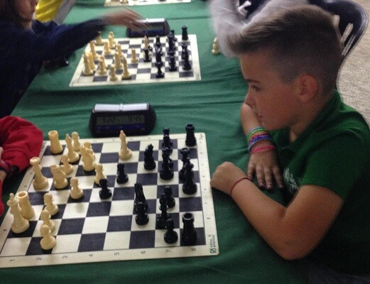 Izan Carmona, campeón de la categoría Sub-10, en una de sus partidas.
