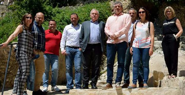Josep Bort visita las actuaciones realizadas en la Cova en Gomar de Bocairent.