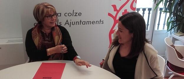La diputada Conxa Garcia con la alcaldesa de Albalat dels Tarongers, Teresa Pérez.