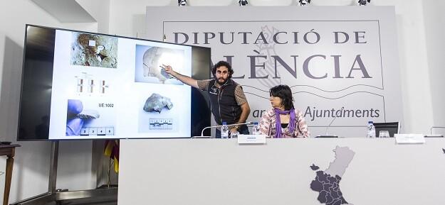 La diputada de Memoria Histórica, Rosa Pérez Garijo, y el director arqueológico, Miguel Mezquida. (Foto-Eva Máñez).