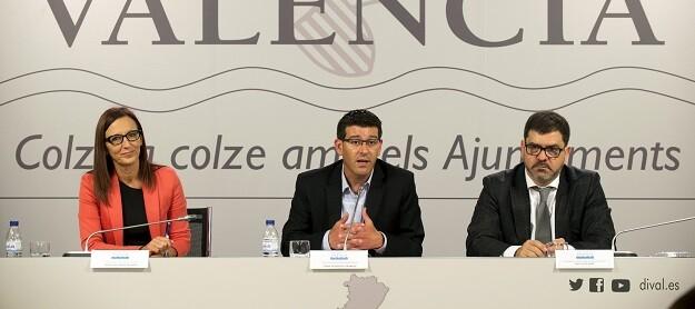 La vicepresidenta, Maria Josep Amigó, el presidente, Jorge Rodríguez, y el diputado de Cooperación Municipal, Emili Altur. (Foto-Abulaila).