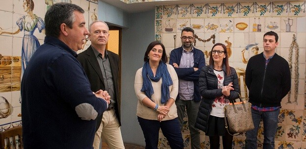 Maria Josep Amigó, Ivan Martí, el alcalde de Carcaixent, Francesc Salom, y concejales durante una visita reciente al municipio. (Foto-Abulaila).