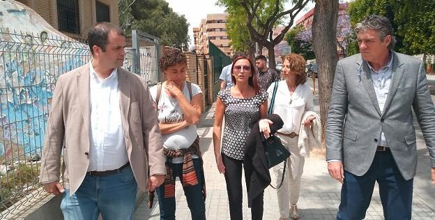 Maria Josep Amigó y el alcalde de Sedaví, Ferran Baixauli, durante la visita al municipio.