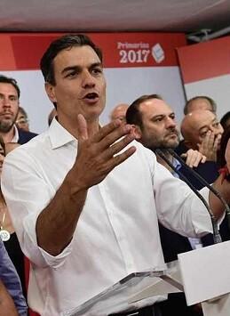 Pedro Sánchez en un acto dentro de la sede socialista.