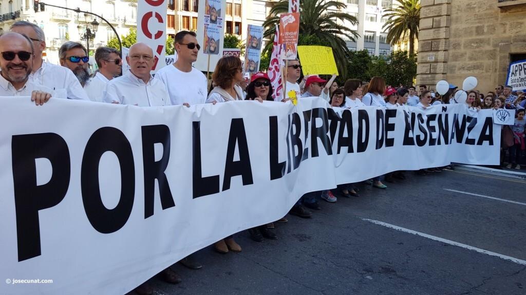Por la libertad de enseñanza manifestación en Valencia de educación concertada con la supresión de conciertos 20170506_172849 (17)