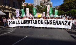 Por la libertad de enseñanza manifestación en Valencia de educación concertada con la supresión de conciertos 20170506_172849 (230)