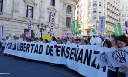 Por la libertad de enseñanza manifestación en Valencia de educación concertada con la supresión de conciertos 20170506_172849 (39)