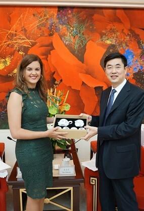 Sandra Gómez ha viajado hasta China donde ha mantenido un encuentro con el vicealcalde de la ciudad.
