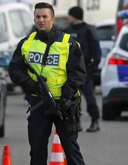Un policía en una zona de vigilancia.