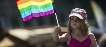 niña-bandera-gay