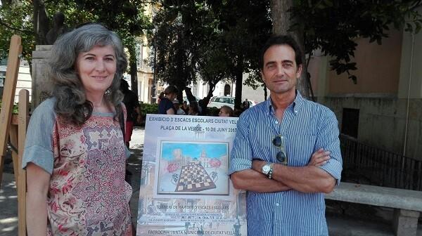 Alberto Díaz y Amparo Ridaura junto al cartel anunciador.