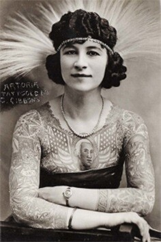 Artoria-Gibbons-nació-en-Wisconsin-en-1893.-Después-de-estar-varios-años-casada-a-ella-y-su-marido-se-les-ocurrió-que-podían-ganar-más-dinero-si-la-mujer-se-hacía-tatuajes