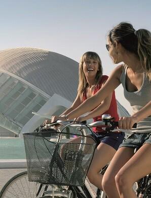Ciclistas pasenado frente a la Ciudad de las Artes y las Ciencias.