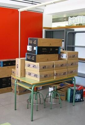 Colegio Benimaclet con ordenadores sin usar.
