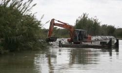 El Ayuntamiento limpia y draga canales y acequias y refuerza motas del Parque Natural de la Albufera.