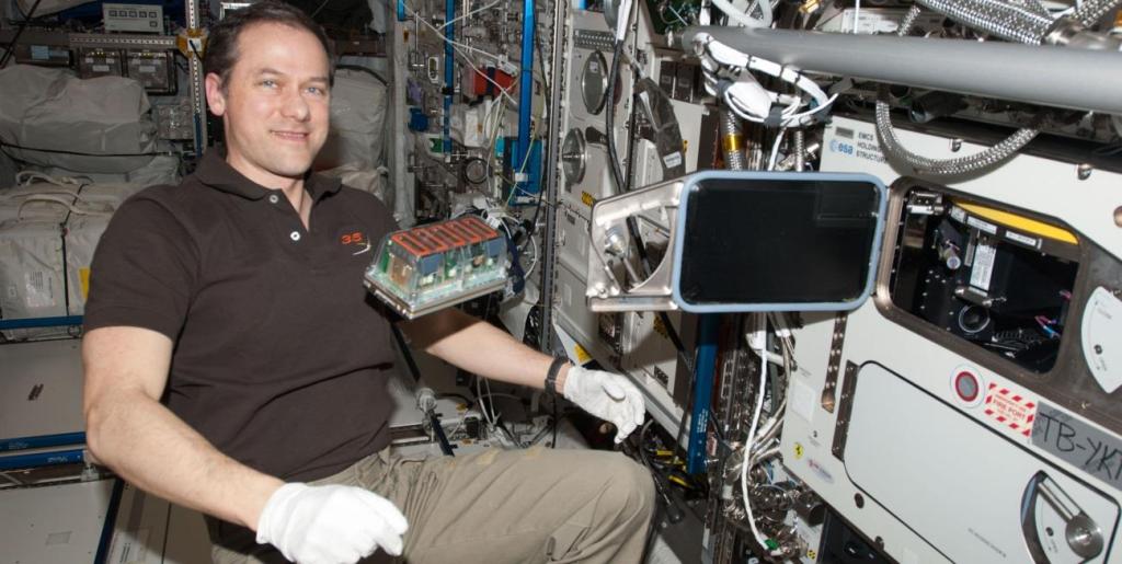 El astronauta Tom Mashburn, en la ISS, con el experimento Seedling Growth. /NASA