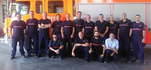 El diputado y presidente del Consorcio, Josep Bort, con efectivos de bomberos.