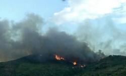 El incendio declarado en el término de Gátova se mantiene activo aunque sin riesgo para la población.