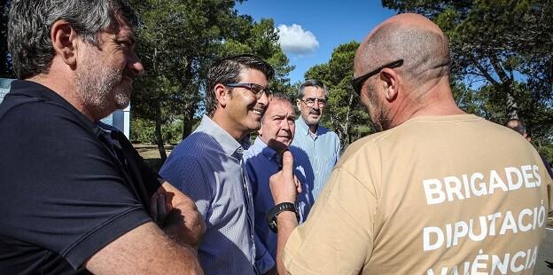 Jorge Rodríguez y Josep Bort con las brigadas forestales de la Diputación de Valencia.