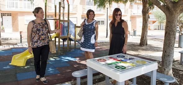 La concejala de Urbanismo, Isabel Borràs, la alcaldesa, Oro Azorín, y la vicepresidenta, M. J. Amigó, durante la visita a Favara.