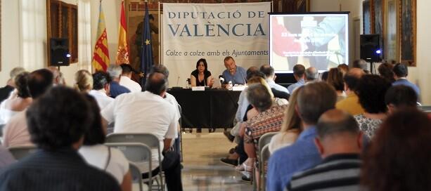 La diputada de Inclusión Social, Rosa Pérez Garijo, con la cabeza de la sección de Programas de Inclusión Social, Paco Andrés.