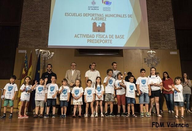 Los alumnos de ajedrez del colegio Ivaf-Luis Fortich en la recogida de premios y diplomas junto a su director Jordi Iranzo.