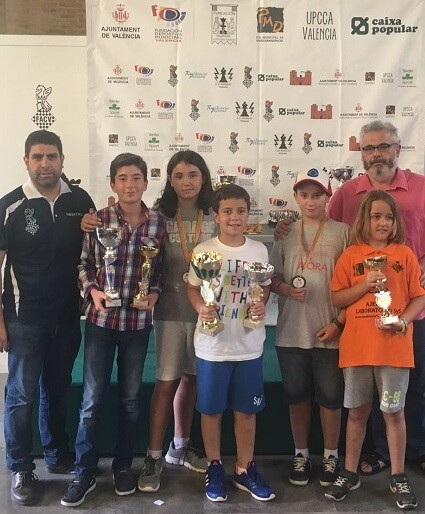 Los premiados Sub-12 junto a los organizadores.