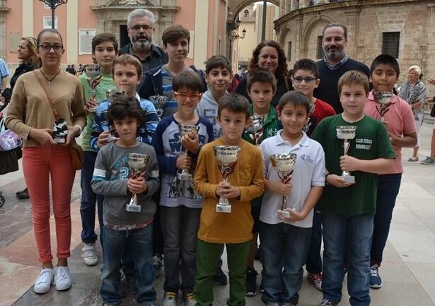 Los premiados de la última edición junto a los representantes de la Junta Municipal de Ciutat Vella y la organización.