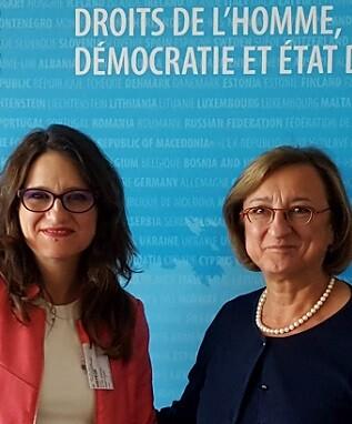 Mónica Oltra junto a Gabriella Battaini Dragoni.