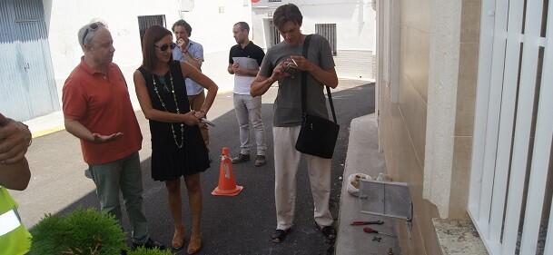 Maria Josep Amigó y Juli Fenollar delante de los nuevos contenedores de agua.