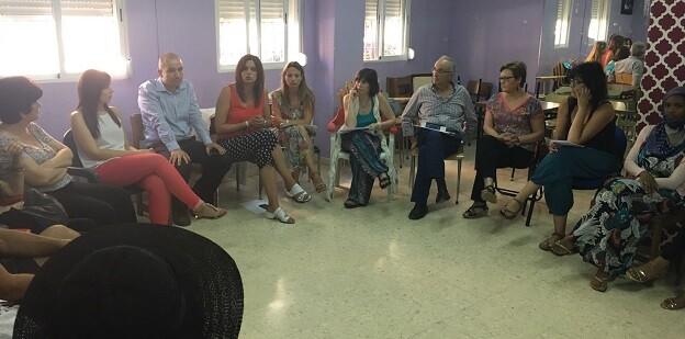 Sandra Gómez mantiene un encuentro con el tejido asociativo y productivo de Orriols y Torrefiel.