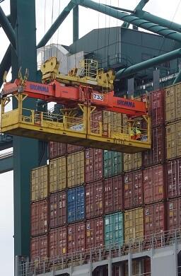 Trabajo de estiba en el puerto de Valencia.
