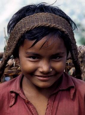 Una niña nepalí transporta productos agrícolas a lo largo de un camino montañoso de 65 km. (Foto FAO-Franco Mattioli)