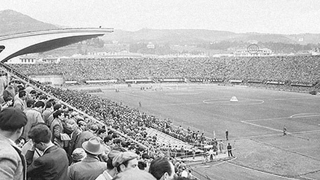 """Uno de los futbolistas del encuentro era Ardico Magnini, gran figura de la Fiorentina y mundialista con Italia. """"Recuerdo todo de la A a la Z"""", asegura. """"Era algo que lucía como un huevo que se movía lentamente. Todos estaban mirando hacia arriba y había algo brillante en el cielo, plateado brillante"""". """"Estábamos impresionados, nunca habíamos visto algo así en el cielo. Nos quedamos impactados"""". En el informe que redactó el árbitro quedó estipulado que el encuentro fue suspendido porque los espectadores vieron algo en el cielo. Entre los asistentes estaba Gigi Boni, un fanático de la Fiorentina de toda la vida. """"Recuerdo claramente este avistamiento increíble"""", dice. Su descripción de múltiples objetos difiere un poco de lo que vio Magnini. © wikipedia.org / Narayan89"""