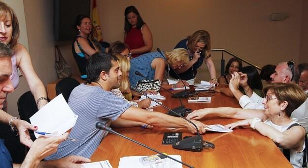 03 Los autores de la antología firmando ejemplares