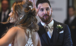"""Argentine football star Lionel Messi and bride Antonella Roccuzzo pose for photographers just after their wedding at the City Centre Complex in Rosario, Santa Fe province, Argentina on June 30, 2017. Footballers and celebrities including pop singer Shakira gathered Friday for the """"wedding of the century"""" in Lionel Messi's Argentine hometown as the Barcelona superstar prepared to marry his childhood sweetheart Antonella Roccuzzo. / AFP PHOTO / EITAN ABRAMOVICH"""