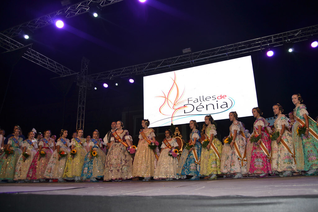 Clara María Parejo y su corte de honor en Dénia