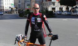 El ciclista Jorge-de-Vicente ante la estatua del Cid, Burgos