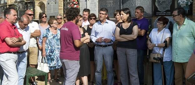 El director antropológico, Miguel Mezquida, explica al presidente Jorge Rodríguez y la diputada Rosa Pérez Garijo los avances en la Fosa 113 del cementerio de Paterna.